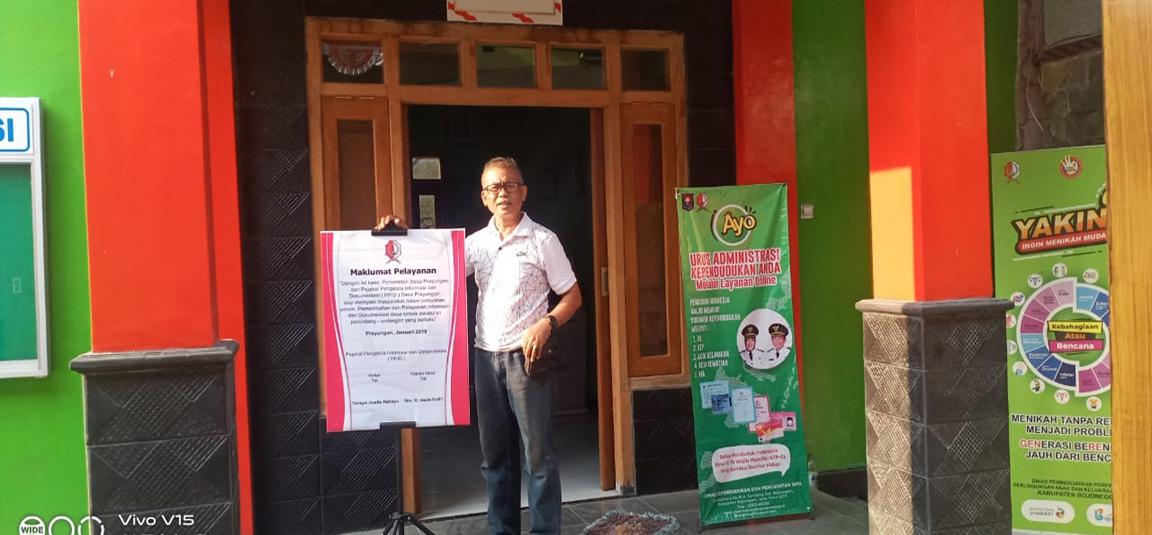 Gambar  Foto Kepala Desa Prayungan Dr. H.Imam Rofi'i sedang berada di depan ruang PPID Desa Prayungan